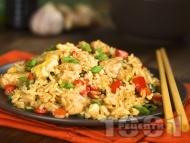 Ориз с хапки от пилешко филе, зеленчуци и соев сос на тиган по китайски